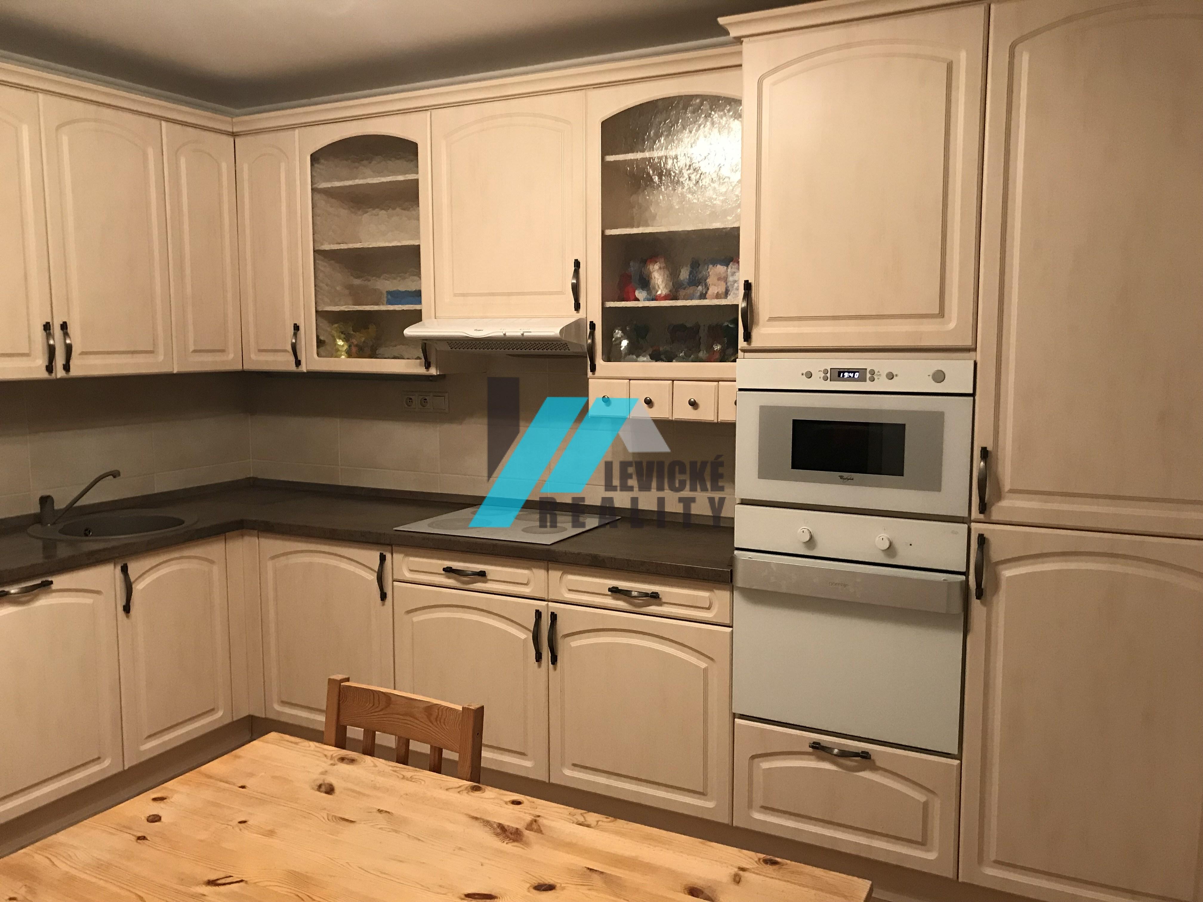 REZERVOVANÉ !! Ponúkam na predaj 4 izbový byt po kompletnej rekonštrukcií prerobený na 3 izbový.
