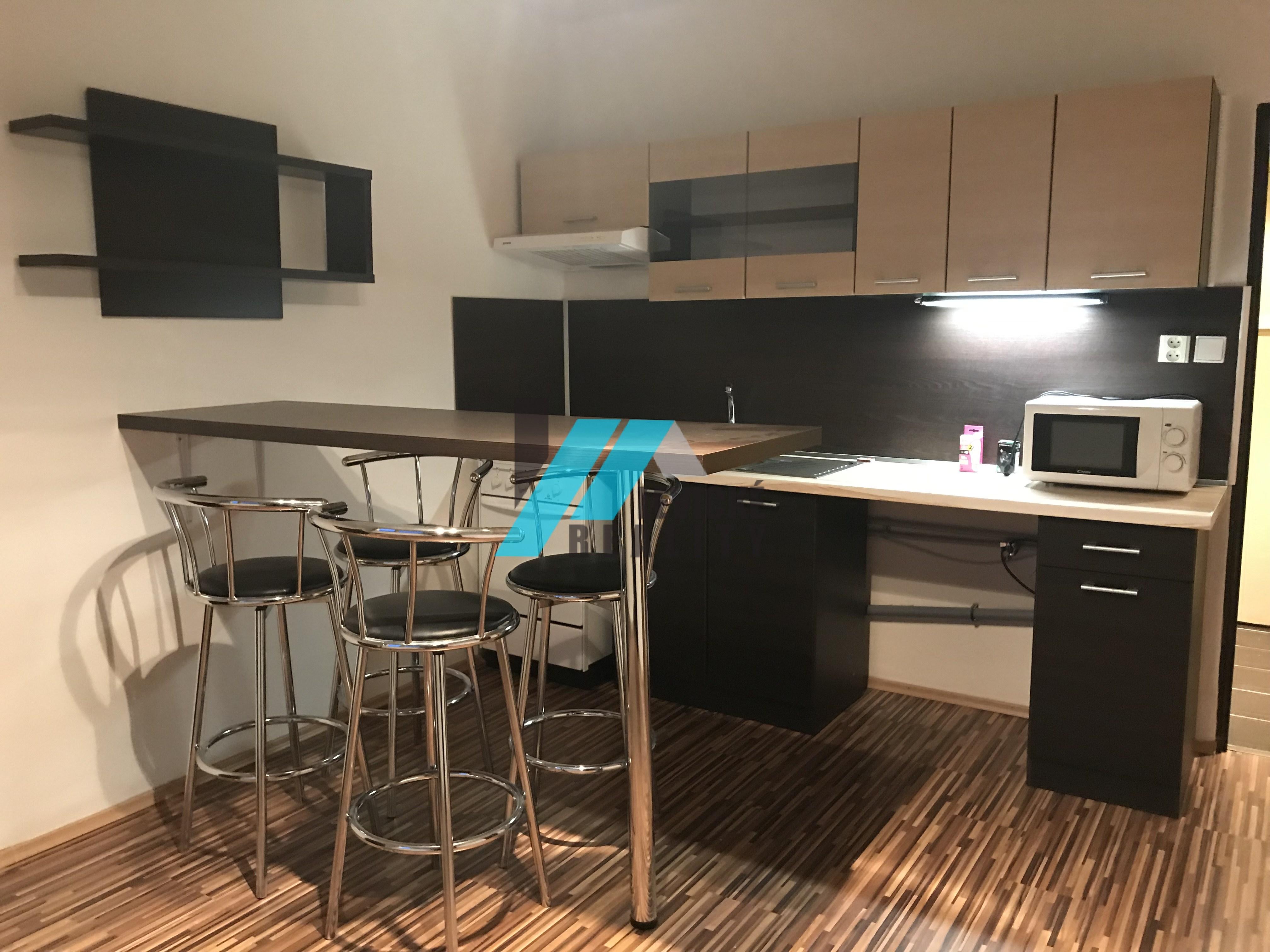 Ponúkam na predaj 1 izbový byt v úplnom centre mesta Levice.
