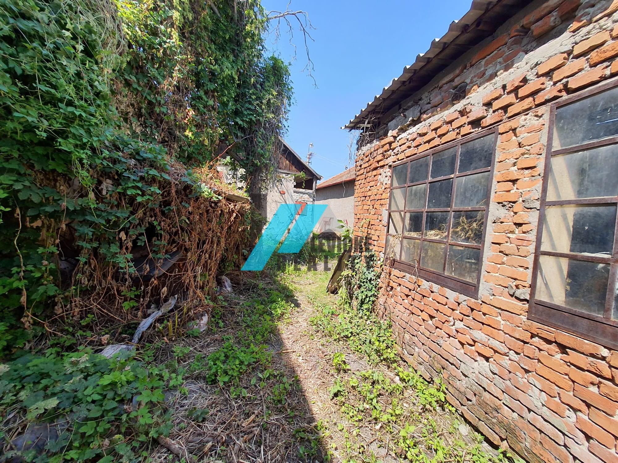 Ponúkame na predaj rodinný dom v širšom centre mesta Levice.